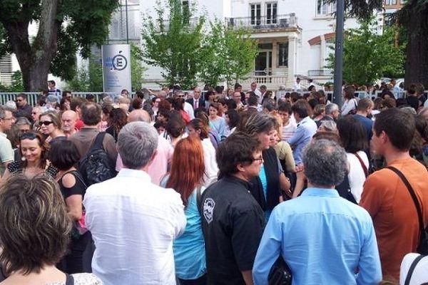 Rassemblement devant le bâtiment de l'académie en hommage à leur collègue assassinée