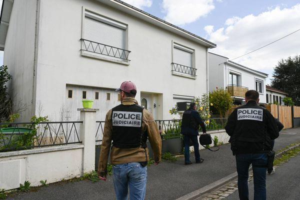 La police judiciaire devant la maison de la famille Troadec à Orvault lors d'une reconstitution en avril 2019