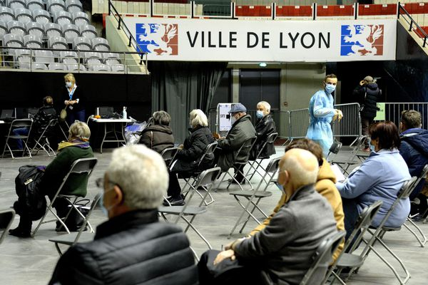 Au centre du palais des sports de Gerland, le parcours de vaccination prend une dizaine de minute au total pour chaque bénéficiaire.