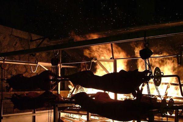 Les cochons ont cuit toute la nuit à la broche, pour la fête de la Saint-Clair à Allauch