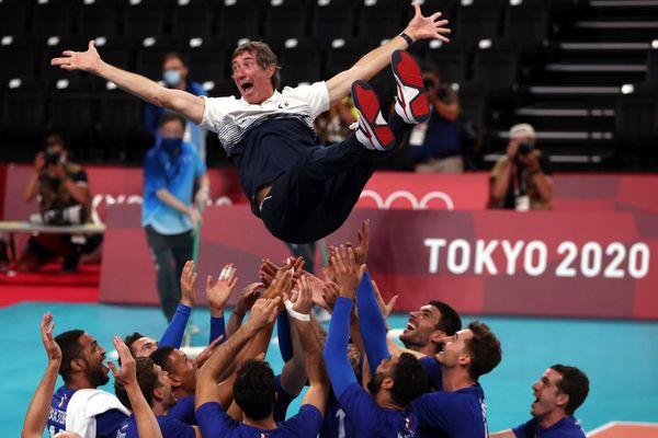 Le Cagnois Laurent Tillie porté au triomphe par ses joueurs après le premier titre olympique de l'Histoire du volley français