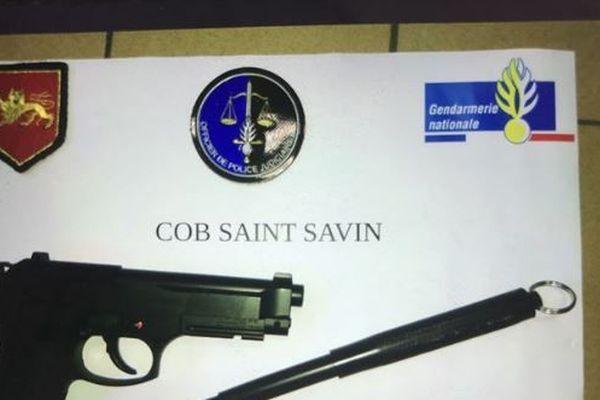 Les armes retrouvées dans la voiture du conducteur menaçant