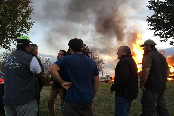 Les agriculteurs se sont retrouvés à Poitiers-Nord pour allumer un grand feu et laisser ainsi voir leur colère.