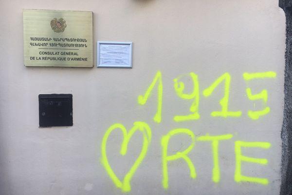 1915, date du génocide arménien et RCE pour Recep Tayyip Erdogan, le président turc, ont été tagués sur la façade du consulat d'Arménie à Lyon