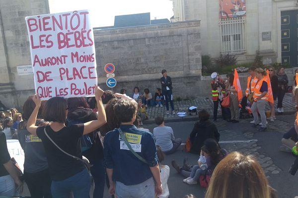 23 mai 2019. Grève à Tours du personnel de la petite enfance, 160 personnes manifestent devant la préfecture d'Indre-et-Loire