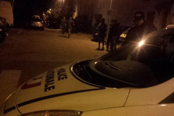 La rue Abbé-Dubreuil à Montpellier bouclée par les policiers, après la mort par balle d'un ferrailleur - 30/12/2014