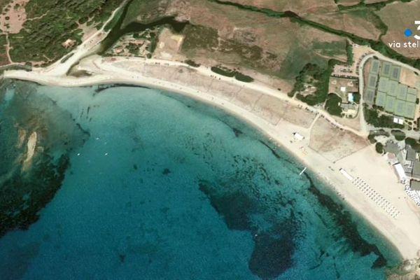 La plage de Chiuni, où se trouve, à droite, le Club Med et ses transats