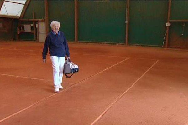 Pas une semaine sans fouler un court de tennis : Depuis 60 ans, la Chamaliéroise Geneviève enchaîne les jeux, sets et matchs.