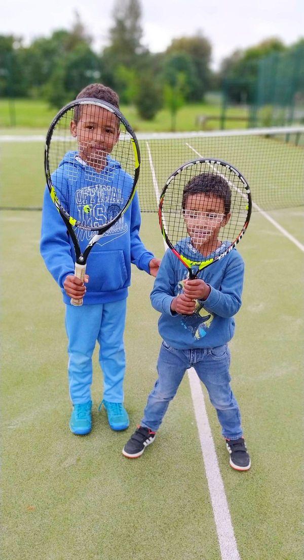 Maxence et Samuel ont parfois du mal à respecter les gestes barrières en jouant au tennis