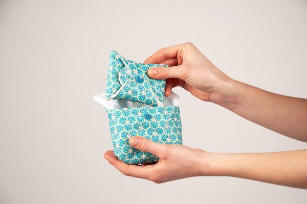 L'une des serviettes lavables proposée par le collectif Règles Solidaires à Amiens, fournie avec une pochette