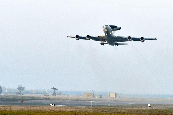 Un des quatre avions radar Awacs s'envolant de la base 702 d'Avord (Cher)
