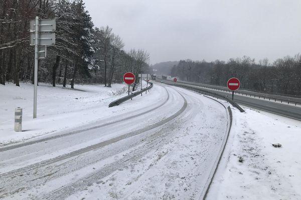 La neige a rendu la circulation difficile.