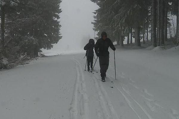 Les skieurs ont sauté sur la première neige !