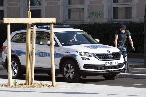 Les forces de l'ordre sont de plus en plus sollicitées à Grenoble pour contrôler le respect du confinement.