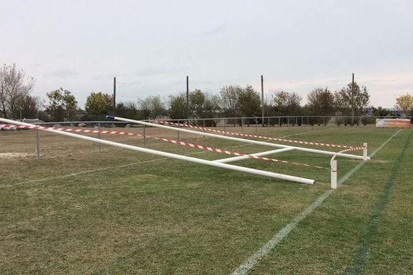 Les poteaux du club de rugby de Marsilly en Charente-Maritime sciés pendant la nuit.