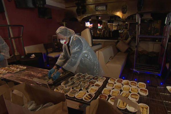 Équipés de protections contre la propagation du Covid-19, les bénévoles préparent et conditionnent les repas dans un restaurant de Saint-Laurent-du-Var, gracieusement prêté.