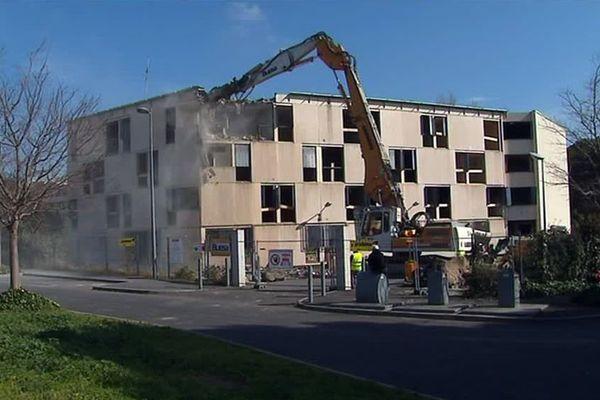 L'îlot Bonniface était en pleine destruction lorsque la pelleteuse du chantier a été incendiée volontairement, ce qui provoque l'arrêt total des travaux. / mars 2019.