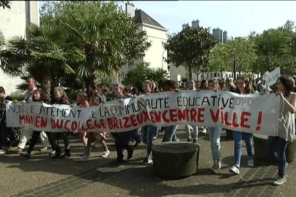 Près de 400 personnes ont manifesté lundi 11 mai pour défendre le collège Brizeux de Lorient