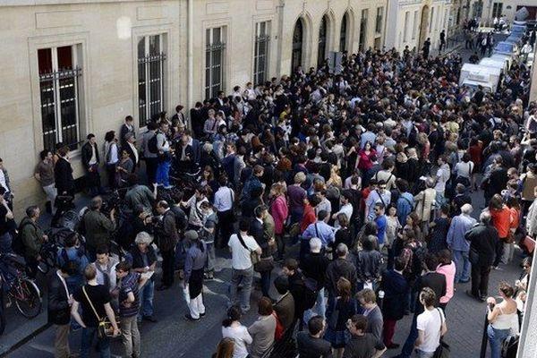 Les étudiants de Sciences-Po se sont rassemblés devant leur établissement en hommage à leur camarade Cédric Méric