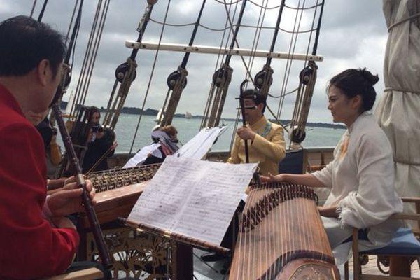 Dans le cadre du jumelage de la Bretagne avec la province de Shandong des musiciens chinois jouent à bord