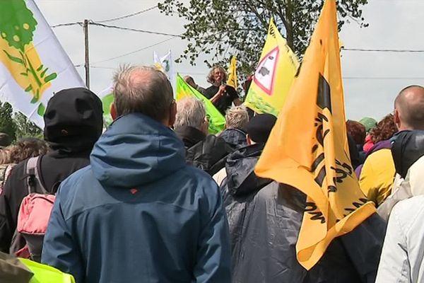 Les manifestants dénoncent l'implantation prochaine d'un poulailler industriel.