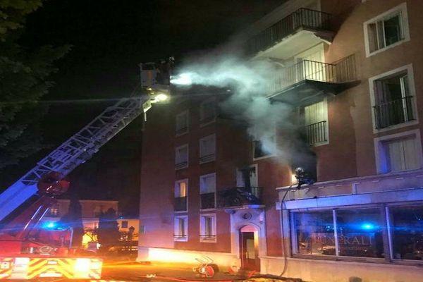 Les sapeurs-pompiers sont rapidement intervenus sur place pour éteindre l'incendie.