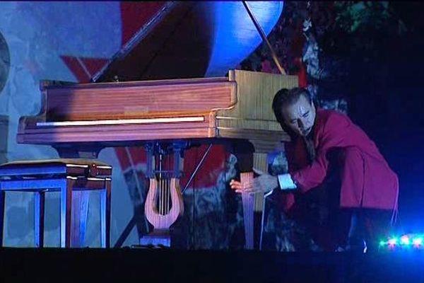 Il manipule le piano à la fois comme un virtuose de la musique et comme un humoriste