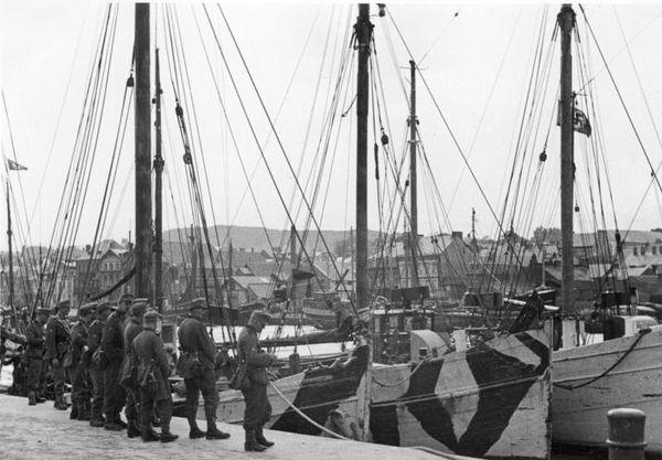 """Des chalutiers, avec une peinture de camouflage, dans le port de Fécamp, en vue de l'Opération """"Seelöwe. Cette photo est datée du 9 octobre 1940. A quai, des soldats d'une division de montagne qui devaient débarquer au pied des falaises des Seven Sisters."""