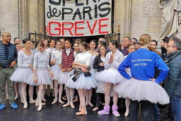 Des danseuses du ballet de l'Opéra de Paris devant l'Opéra Garnier.