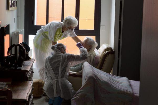 Image d'illustration: Des infirmières viennent faire le test Covid à tous les résidents d'une maison de retraite du sud de la France.