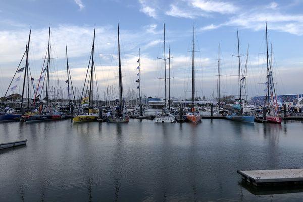 Les Imoca du Vendée Globe amarrés aux pontons de Port Olonna