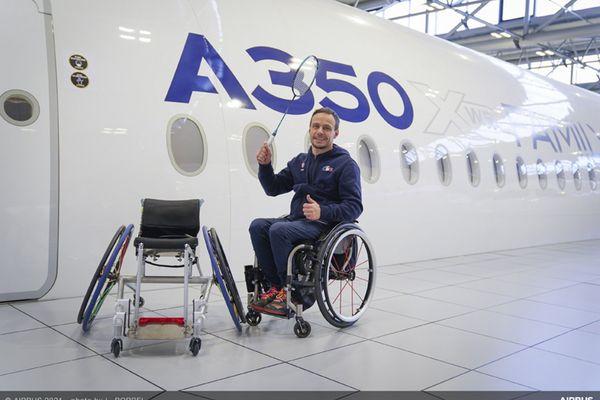 David Toupé, sélectionné aux Paralympiques de Tokyo 2020,  présente son nouveau fauteuil fabriqué bénévolement par des ingénieurs d'Airbus.