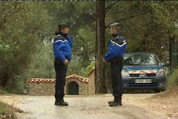 La maison est à 3 kilomètres du centre de Roquevaire, dans une zone boisée, au pied du massif du Garlaban.