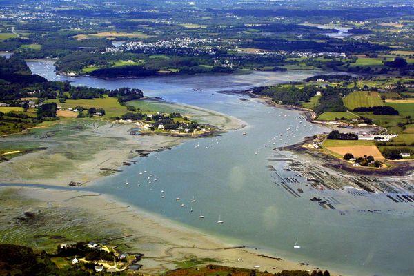 Vue aérienne sur la rivière d'Auray, l'habitat et les parcs à huîtres