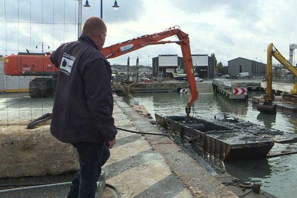Le curage du fond du port de Port-en-Bessin a débuté le 22 septembre dernier. Un chantier à 1 225 000 euros