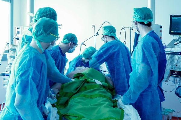 Il faut au moins six personnes pour retourner un malade. En cas de syndrome de détresse respiratoire aiguë, certains patients atteints du Covid-19, en réanimation doivent être installés sur le ventre.