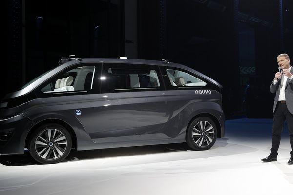 """L' """"Autonom Cab"""", le nouveau taxi-robot de la start up lyonnaise Navya, présenté par le président de Navya, Christophe Sapet, ce mardi. Le véhicule sera testé dans les rues de Paris au printemps 2018."""