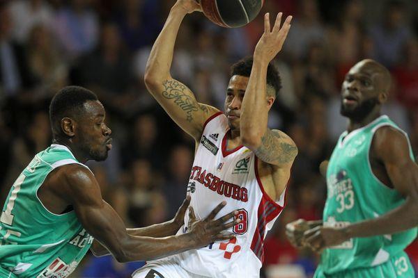 Le Strasbourgeois AJ Slaughter au centre entouré de Yannick Bokolo et Alain Koffi lors du match aller de quart de finale de playoffs du championnat de France de basket de ProA