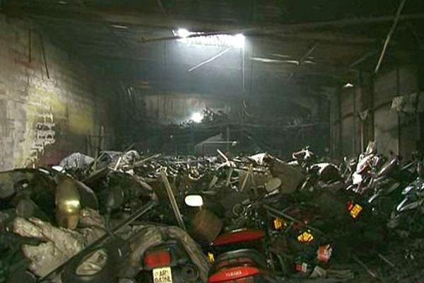 Saint-Jean-de-Védas (Hérault) - le magasin du rond point du Rieucoulon et 300 motos détruits par l'incendie - 10 mai 2014.