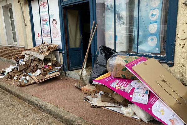 Les dégâts sont importants dans la pharmacie du village, l'un des onze commerces endommagés.