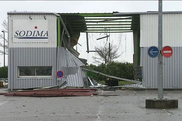 Les dégâts occasionnés par le vent sur un garage de Valframbert (orne)