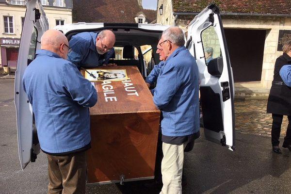 Le reliquaire de Sainte-Bernadette contenu dans un coffre en bois est arrivé en Normandie. C'est seulement la deuxième fois qu'il effectue un voyage