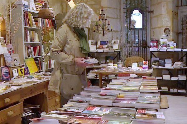 Une cliente dans une librairie de Périgueux, mercredi 13 mai 2020.