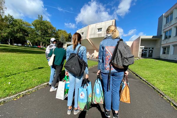 Des étudiantes devant le stand du Secours Populaire à la Faculté des lettres de Limoges le 06-10-2021