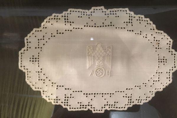 Un napperon aux initiales d'Adolf Hitler rapporté de Berchtesgaden par un soldat de la 2ème DB
