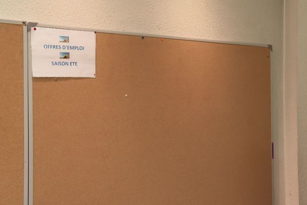 Dans la station des Deux-Alpes, en Isère, le panneau où sont affichées les offres d'emploi pour la saison d'été est désespérément vide.
