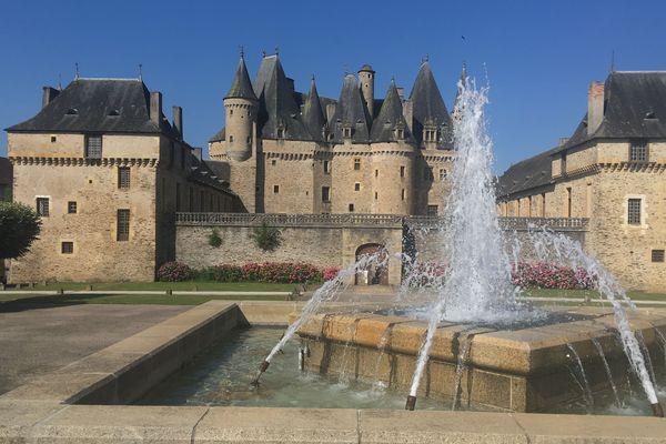 Le château et la fontaine en été.