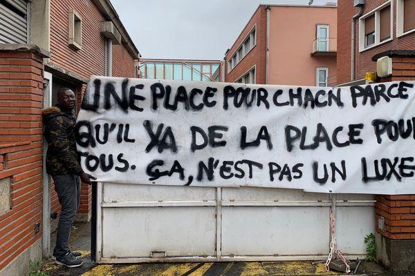 Selon le collectif Russel,  plus de 300 personnes sont installées dans cet ancien bâtiment EDF, dans le quartier Croix de Fer à Toulouse, depuis le 26 mai 2019.