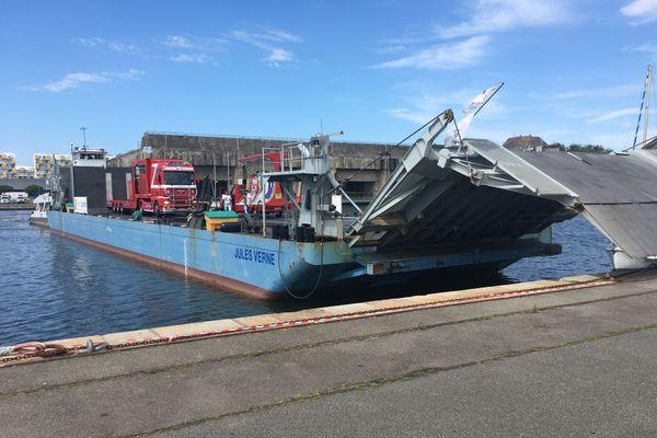 La barge Jules Verne a été testée dans le bassin du port de Saint-Nazaire pour embarquer et débarquer les imposants véhicules de la caravane du cirque Claudio Zavatta