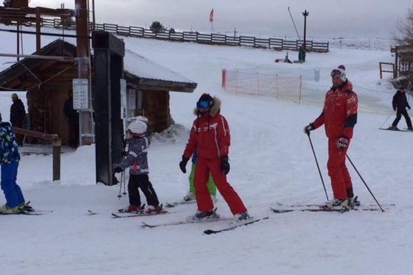 Famille de skieurs à la station de ski de La Quillane dans les De Leyritz Philippe <Philippe.DeLeyritz@francetv.fr>Pyrénées-Orientales